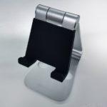 スマホ・タブレット用の『角度変更できる折りたたみスタンド』が持ち運べて便利でオススメ!