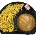 ファミマの『冷し魚介豚骨つけ麺』が濃厚で美味しい!