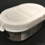 100均の小さな容器『片手でサッとふり出せるコンパクトストッカーS』がフタ付きで便利!