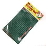 ダイソーで100円のカッター用『カッティングマット』がコンパクトで便利!