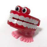 オーサムストアの歯のゼンマイ式おもちゃ『ウォーキングトイ ティース』のインパクトがスゴイ!