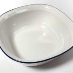100均の白いボウルに青い縁の『SAIボウルLホワイト』が使いやすいサイズ感!