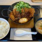 かつやの『青ねぎ味噌チキンカツ鍋定食(温玉のせ)』が甘い味噌に鶏肉のカツで超おいしい!