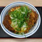 かつやの『青ねぎ味噌チキンカツ丼(玉子とじ)』が味噌の甘みにネギとタマゴで超おいしい!