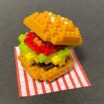 ダイソーの『ハンバーガー(プチブロック)』がバンズにカラフルな具材でカワイイ!