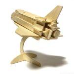 100均セリアの『宇宙船』ウッドクラフトが台座付で飛び立つ感じでカッコイイ!