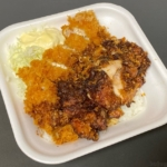 かつやの『黒胡椒から揚げとチキンカツの合い盛り丼』が2種類のチキンで超おいしい!