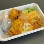 丸亀製麺の『鶏天おろしと定番のおかずのうどん弁当』が大きな鶏天2個入りで超おいしい!
