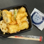 ほっともっとの『海鮮天丼』がエビ、イカ、ホタテ、魚が乗って超おいしい!