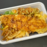 丸亀製麺の『さんま天と定番のおかずのうどん弁当』が巨大なサンマで超おいしい!